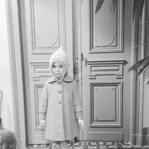 La petite fille contente daller chercher son calendrier de laventhellip