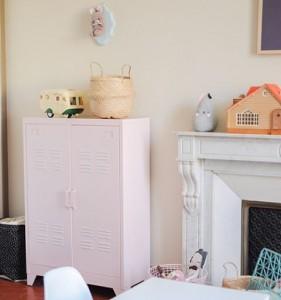 Un coin de la chambre de LilyRose avec son vestiairehellip