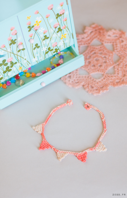 collier fanion crochet