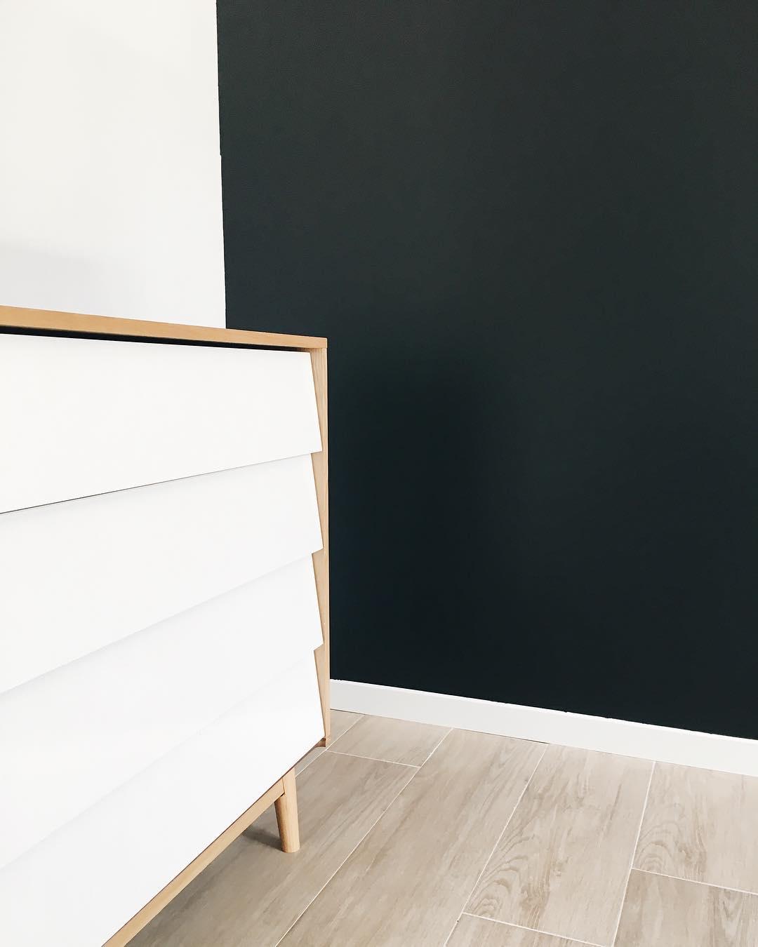 Commencer à installer les meubles pour désencombrer le garage ... Vous devinez de quelle pièce il s'agit ? Tout est en blanc sauf un mur en peinture Alpina coloris orque, un bleu/vert très intense et foncé, presque noir.