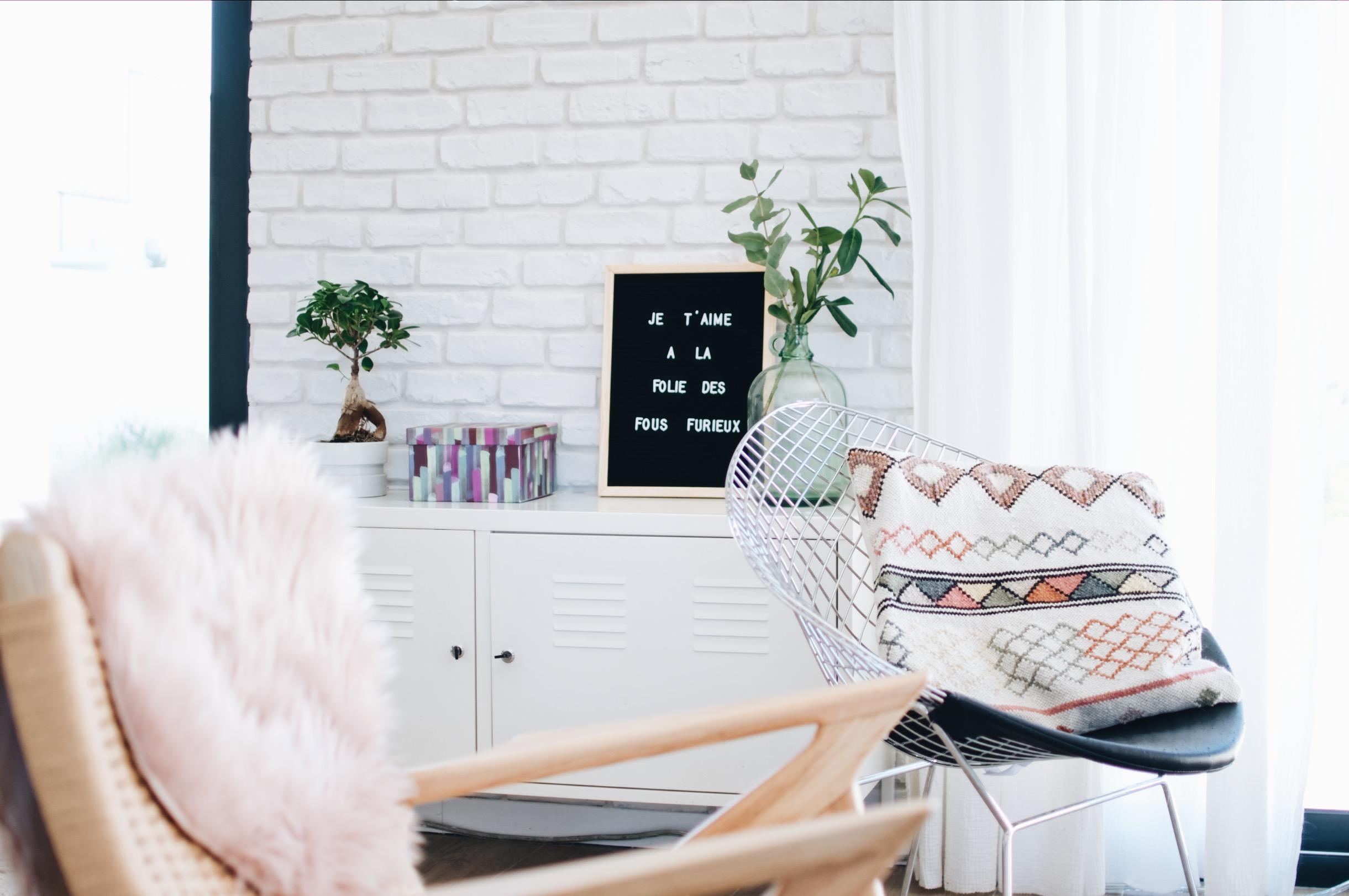 salon brique blanche deco vintage