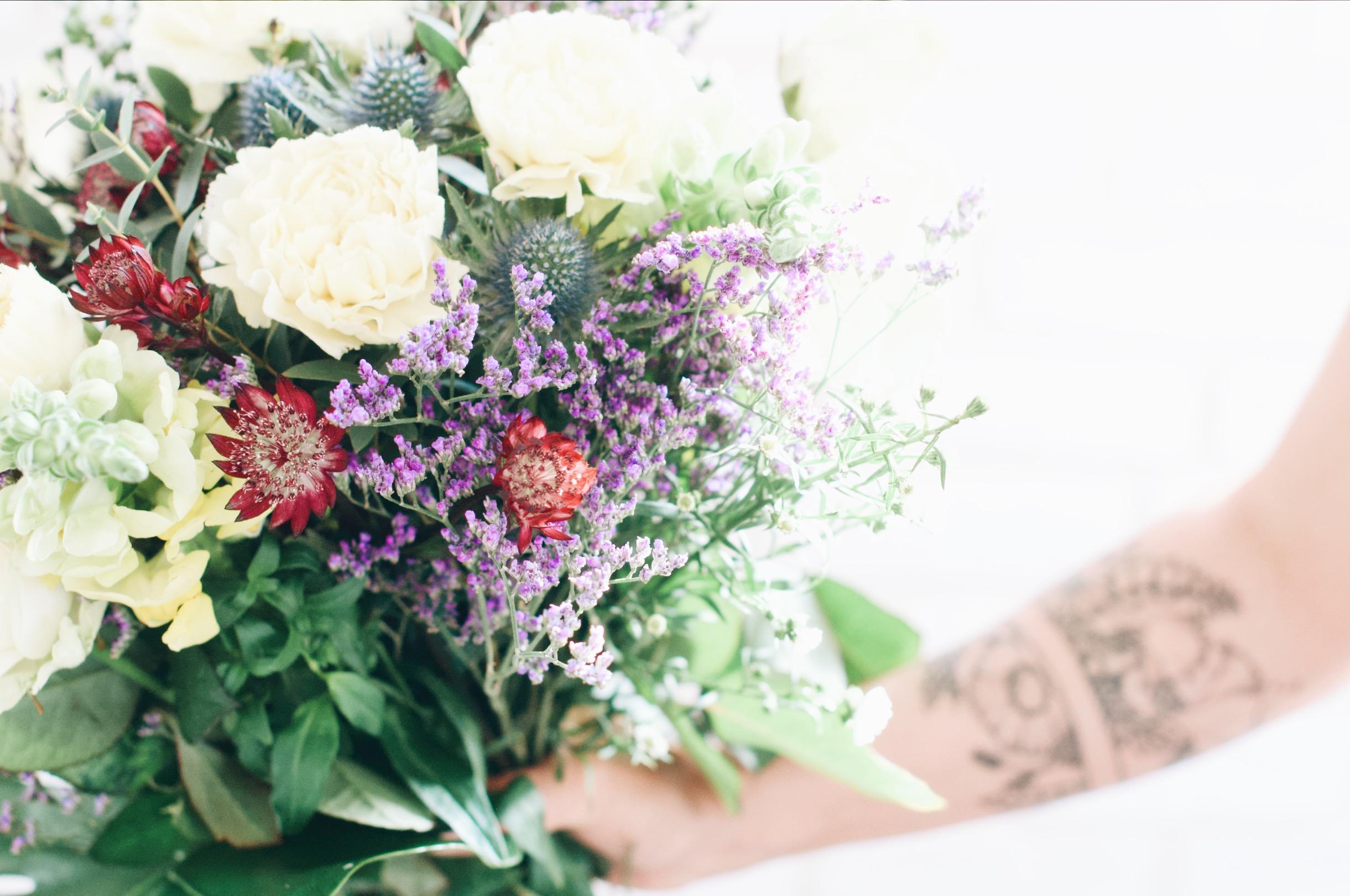 tatouage fleuri et bouquet de fleurs