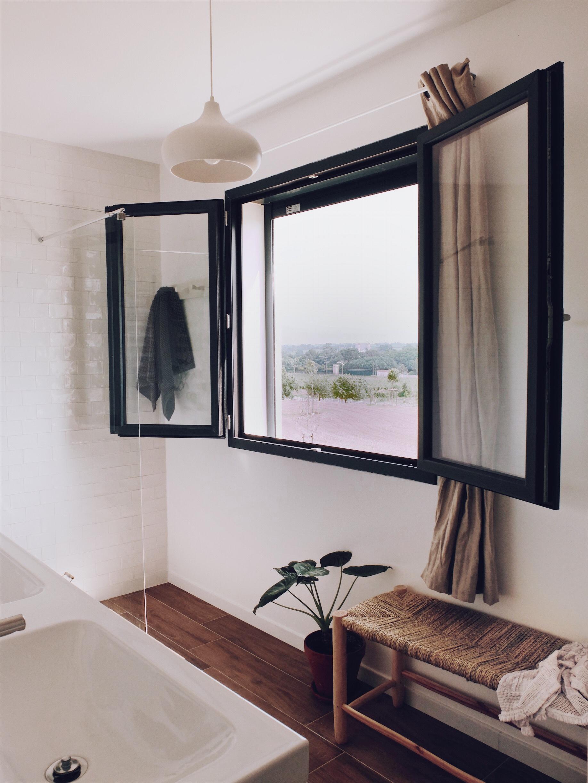 salle de bain grande fenêtre déco