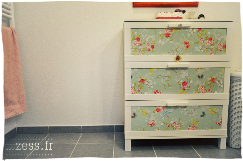 Diy customiser une commode avec du papier peint zess for Chambre 70 s