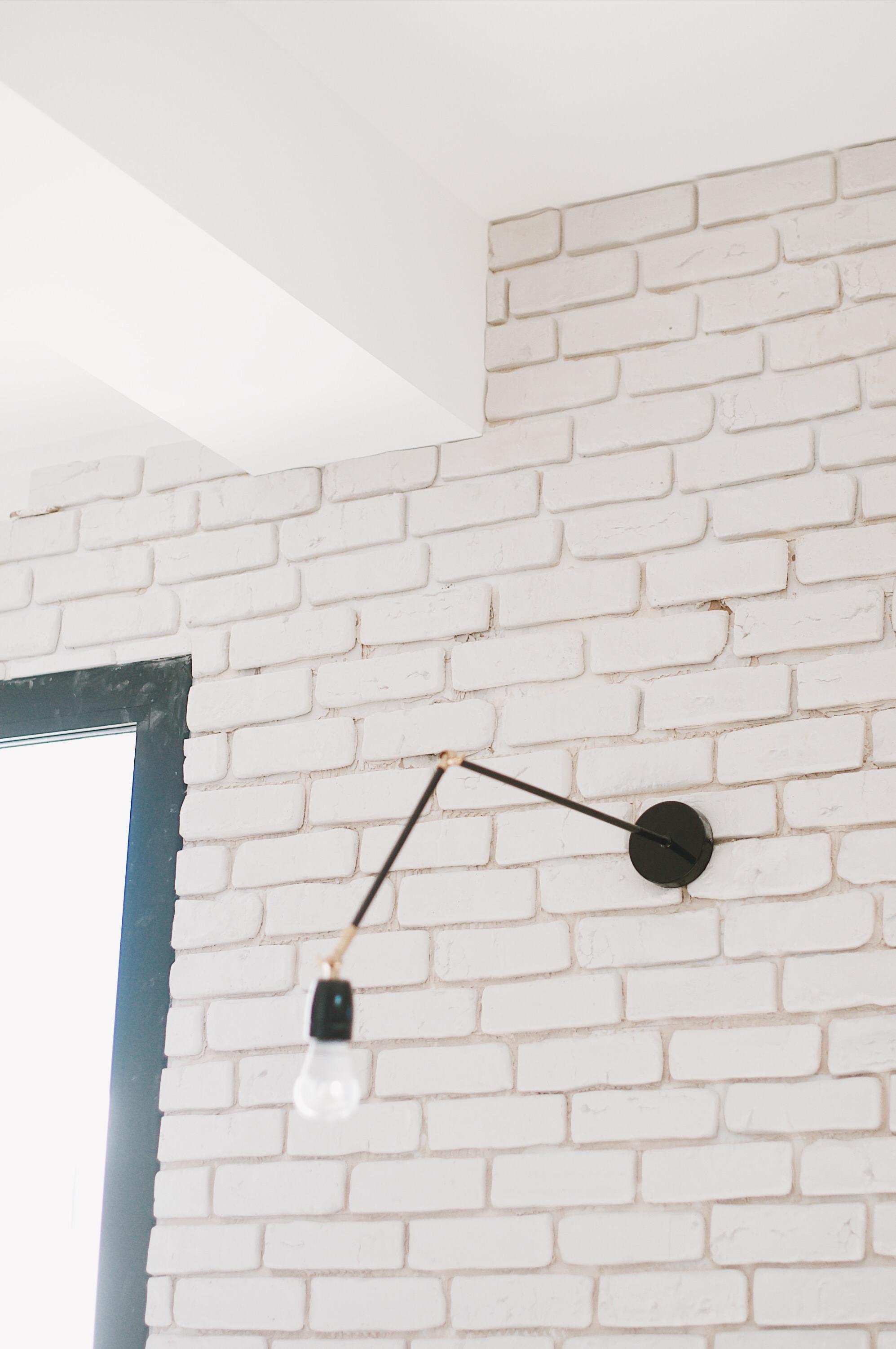 brique blanche déco salon pièce a vivre baie vitrée RAL7016