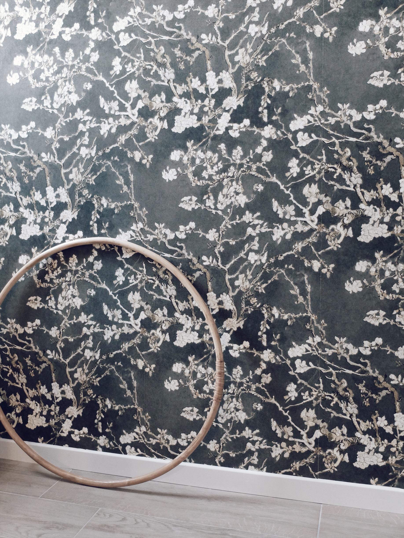couloir palier papier peint fleuri