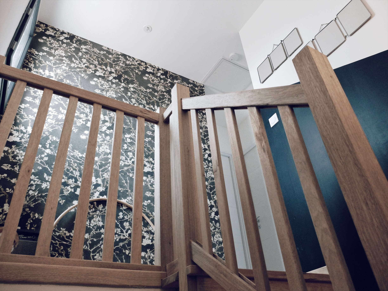 déco escalier mur noir soubassement